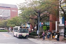 国立駅南口を出たら右手の歩道を「たましん」に向かって直進してください。