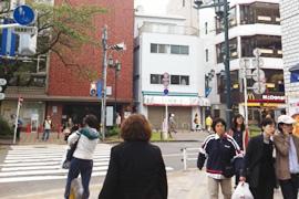 右手にパン屋さん(神戸屋)のある角まで来たら、右側に曲ってください。